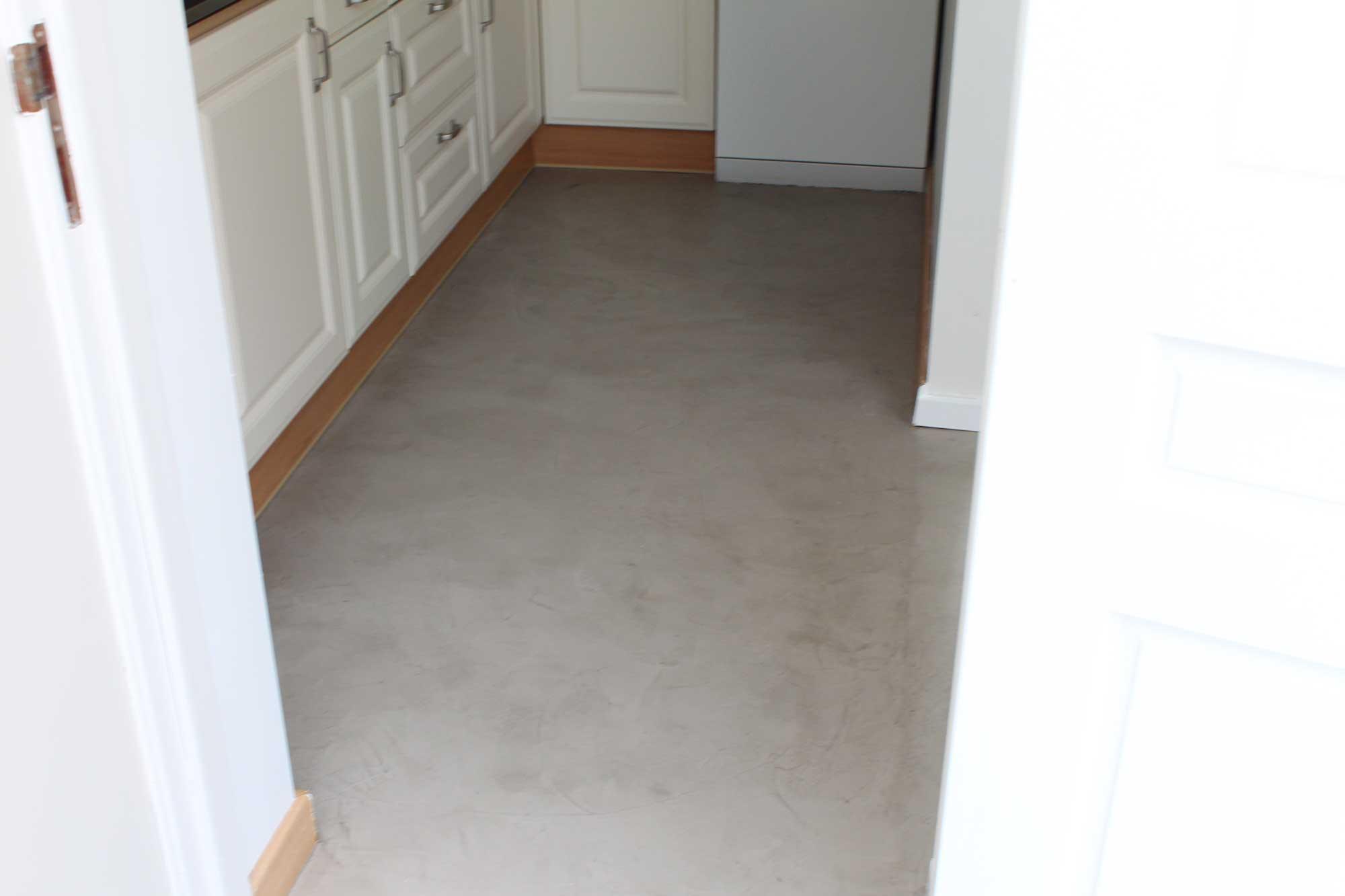 Tadelakt badkamer vloer matte betonstuc in badkamer interieur inrichting - Badkamer vloer ...